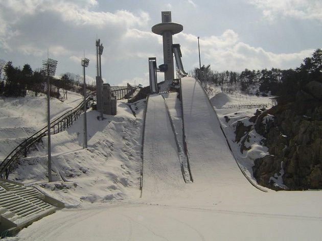 Skokanské můstky v areálu Alpensia v horském středisku budoucích zimních olympijských her v Pchjongčchangu už jsou nachystané.