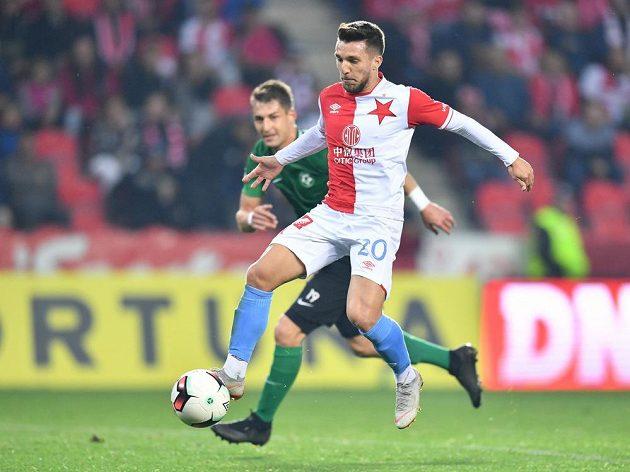 Rumunský fotbalista Alexandru Baluta pádí směrem k brance Příbrami.