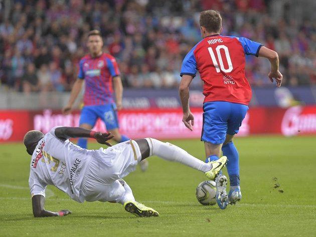 Viktoria Plzeň bojovala o postup v Evropské lize s belgickým Antverpami. V akci zleva Abdoulaye Seck z Antverp a Jan Kopic z Plzně.
