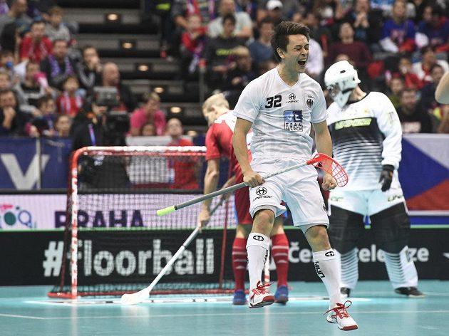 Tino von Pritzbuer z Německa se raduje z gólu, který dal Julian Nihlén (není na snímku)