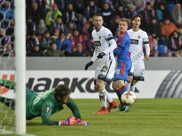 Brankář Partizanu Vladimir Stojkovič zasahuje proti hlavičce Jana Kopice.