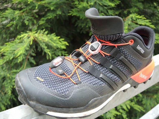 """Adidas Terrex Boost - Jazyk má tvarovaný pěnový lem, zavazování je řešeno spolehlivou """"rychlotkaničkou""""."""