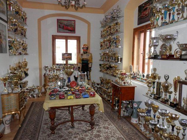 Expozice trofejí ze závodů na zámku v Brandlíně.