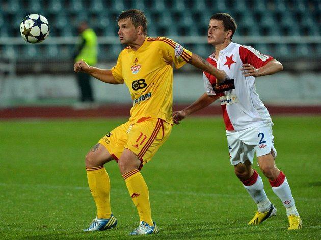 Slávista Petr Kolařík (vpravo) bojuje o míč se Zbyňkem Pospěchem z Dukly.