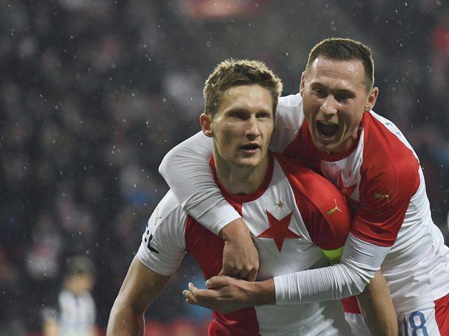 Milan Škoda (vlevo) a Jan Bořil (vpravo) ze Slavie se radují z gólu během utkání 20. kola první fotbalové ligy proti Českým Budějovicím.