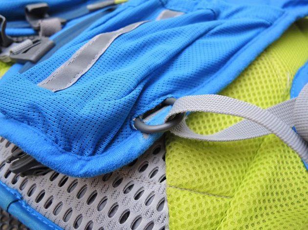 Běžecký batoh/běžecká vesta CamelBak Ultra 10 - tady už se vysunul a začíná páchat neplechu.