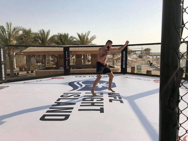 Jiří Procházka testuje UFC klec v Abú Zabí.