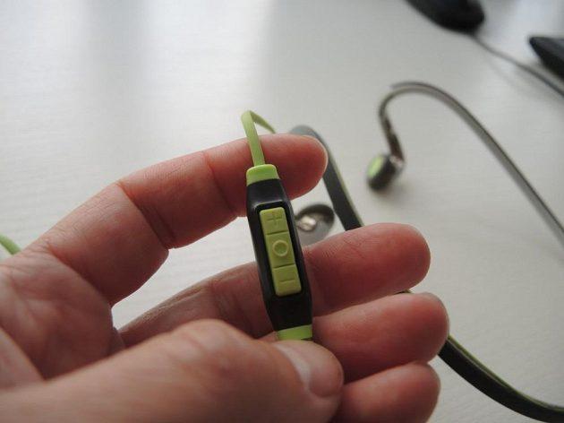 Sportovní sluchátka Sennheiser PMX 686G: Ovladač s mikrofonem je jednoduchý, leč účinný.