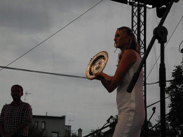 Tenistka Petra Kvitová ukazuje ve Fulneku wimbledonský talíř.