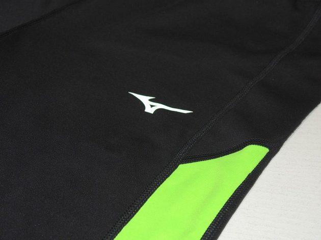 Běžecké legíny Mizuno Breath Thermo Tights: Logo výrobce má reflexní úpravu.