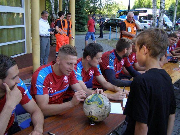 Obránce Filip Kaša během autogramiády po čtvrtečním tréninku české fotbalové reprezentace do 21 let v polských Tychách.