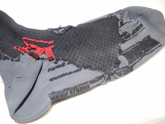 Ponožka z rubu - krásně jsou vidět vyměkčená místa i místa s vyšší kompresí.