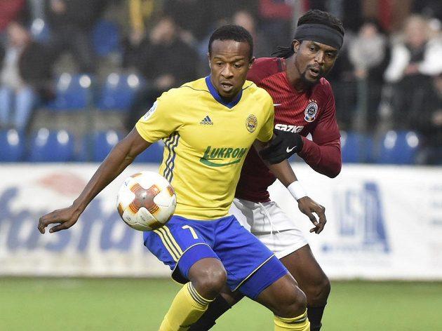 Obránce Sparty Costa v souboji s Dame Diopem ze Zlína v utkání 13. kola první fotbalové ligy.