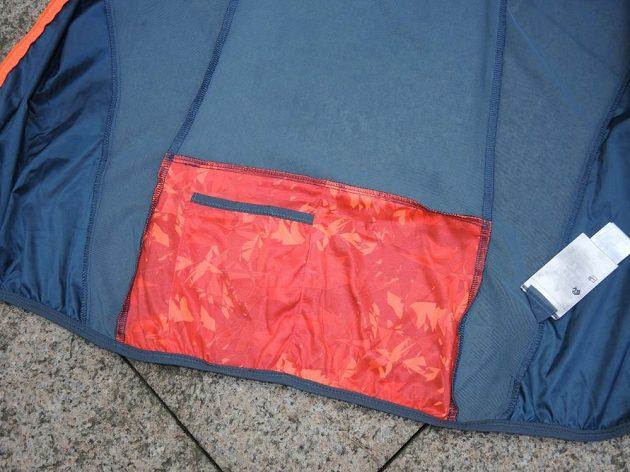 Trailová běžecká vesta Kalenji: Vnitřní kapsička na zádech určená ke sbalení vesty.