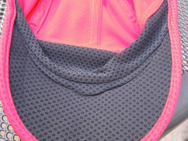 Kšiltovka Nike Run Mesh Daybreak: Vnitřní detail napojení kšiltu.