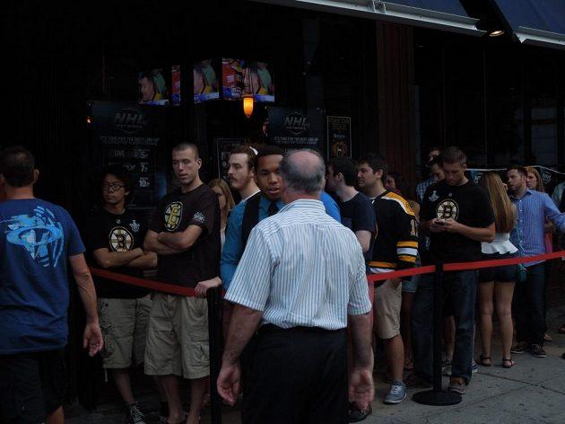 Fronta před jednou z restaurací v Bostonu, kde někteří fanoušci Medvědů sledovali 5. finálový zápas na ledě Chicaga.