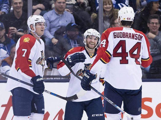 Amertičan Rocco Grimaldi (uprostřed) zařídil dvěma góly výhru Panterů na ledě Toronta.