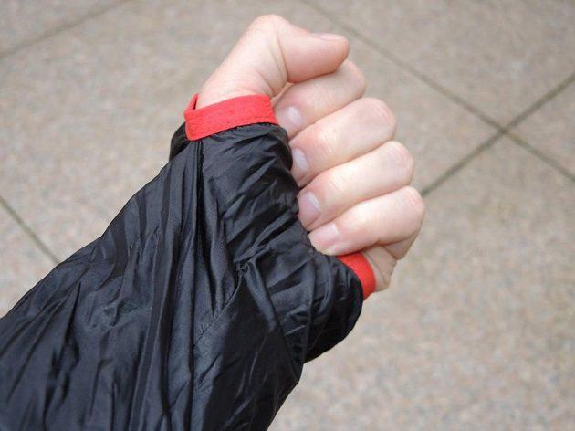 CompresSport Trail Hurricane Jacket - díra na palec zvýší kromě jiného i teplotní komfort.