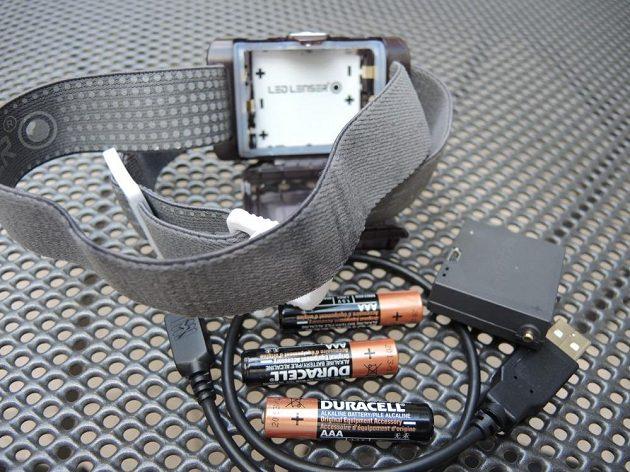 V balení jsme našli čelovku, alkalické baterie, dobíjecí battery pack a příslušný kablík.