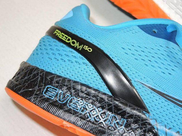 Běžecké boty Saucony Freedom ISO: Pata má sice podpěru, ta je ale příjemně měkká.