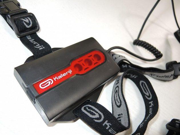 Detail bateriového pouzdra s červeným zadním světlem. Velice dobře je vyřešena gumová krytka konektoru USB.