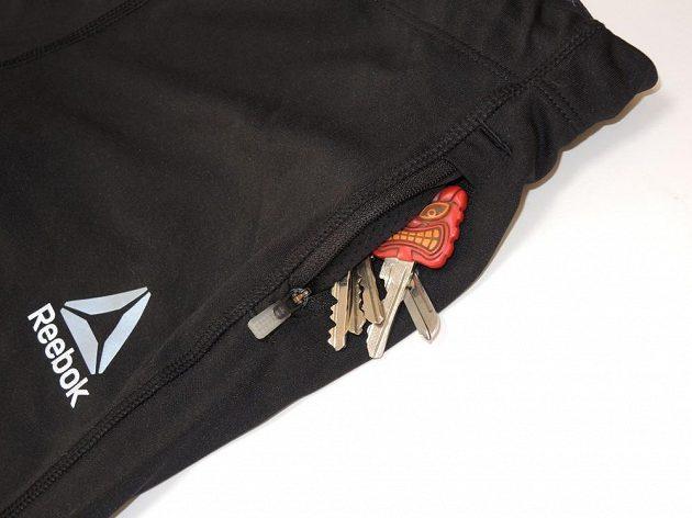 Tříčtvrteční legíny Reebok Running Essentials - logo v reflexní úpravě a boční kapsička.