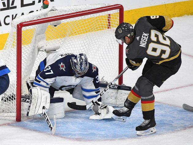 Tomáš Nosek z Vegas překonává ve 4. finále Západní konference NHL brankáře Winnipegu Hellebuycka.