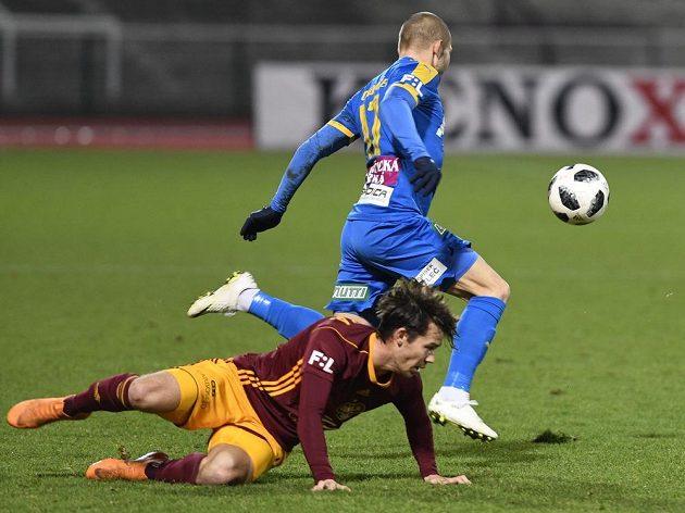 David Bezdička z Dukly sleduje v pádu, jak mu uniká Tomáš Vondrášek z Teplic během utkání 16. kola nejvyšší soutěže.