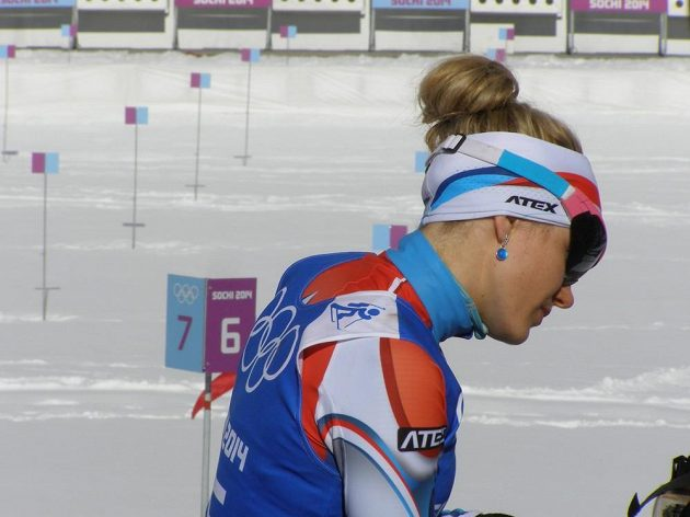 Biatlonistka Gabriela Soukalová ukazuje své náušnice.