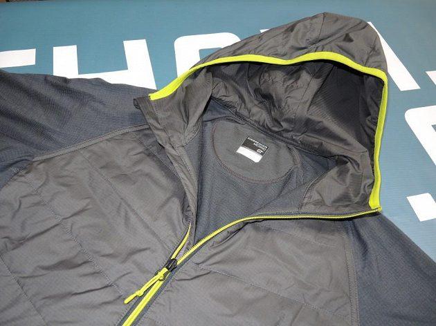 Icebreaker Ellipse Long Sleeve Half Zip Hood: Detail zpracování kapuce a hlavního zipu.