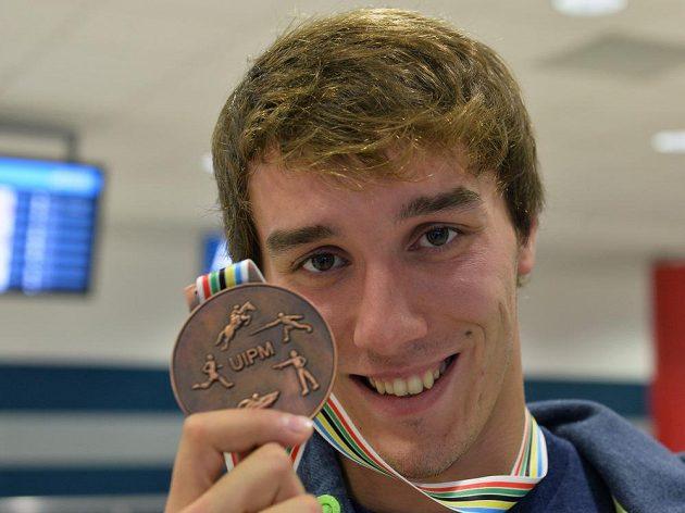 Moderní pětibojař Jan Kuf pózuje na letišti v Praze s bronzovou medailí z mistrovství světa ve Varšavě.