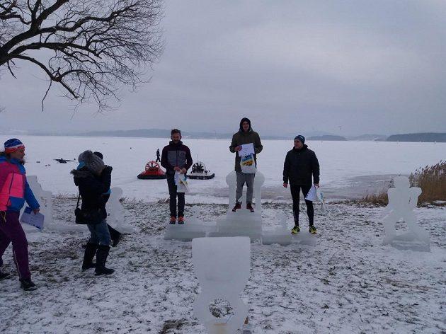 Lipno Ice Marathon - ledové stupně vítězů podtrhují zimní atmosféru.