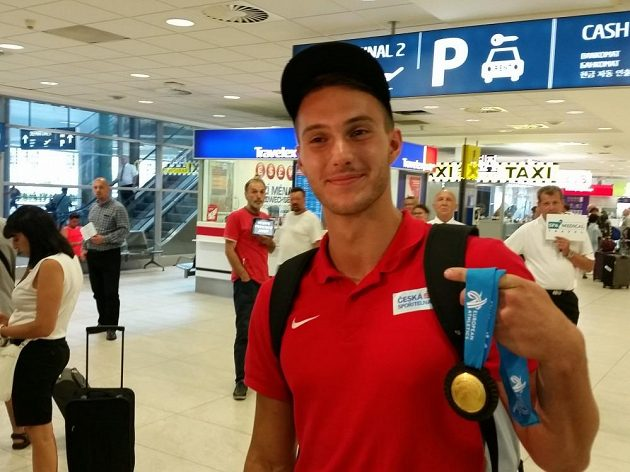 Jan Doležal po příletu z mistrovství Evropy juniorů a jeho zlatá medaile.