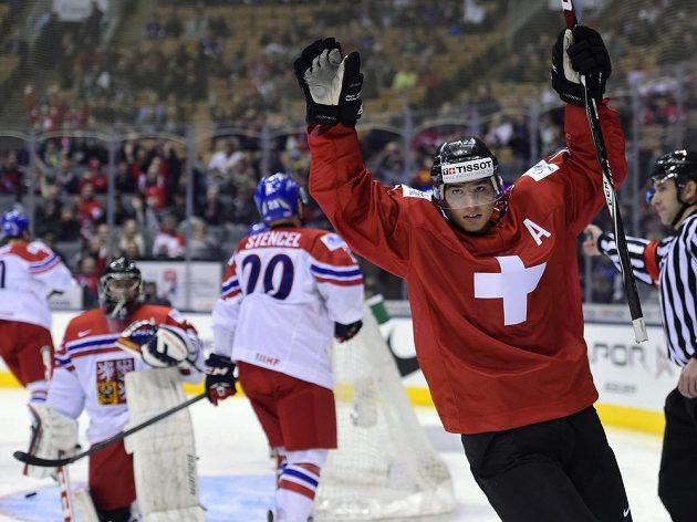 Švýcar Kevin Fialase se raduje ze své první branky proti české dvacítce.