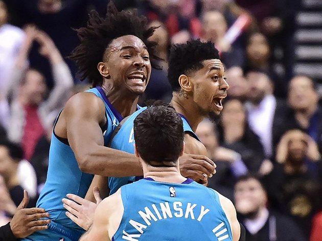 Paráda! Střela Jeremyho Lamba z poloviny hřiště v poslední vteřině utkání přinesla basketbalistům Charlotte v NBA výhru.