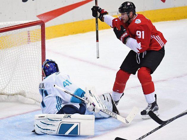 Slovenský brankář Jaroslav Halák se otáčí za sebe. Kanaďan Steven Stamkos už se mezitím raduje ze svého gólu.