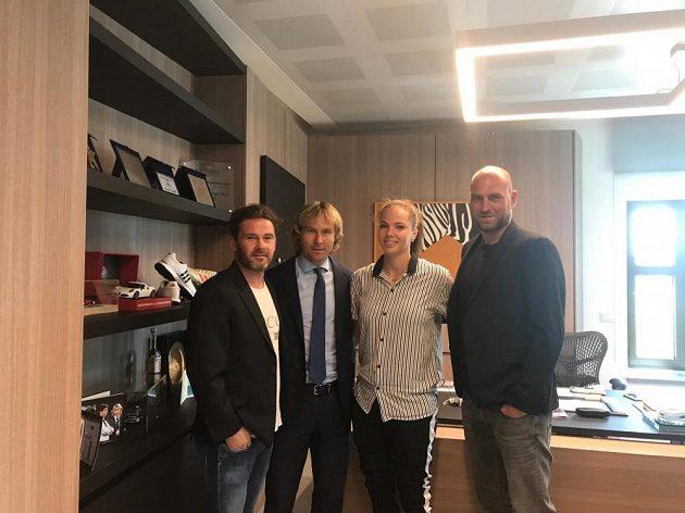 Fotbalistka Andrea Stašková ve společnosti svých manažerů Karola Kisela (vlevo) a Martina Latky (vpravo) a legendy Juventusu Pavla Nedvěda.