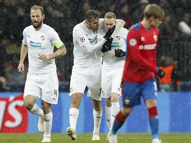 Plzeňská radost! Fotbalisté Viktorie slaví vstřelený gól v utkání Ligy mistrů na hřišti CSKA Moskva.