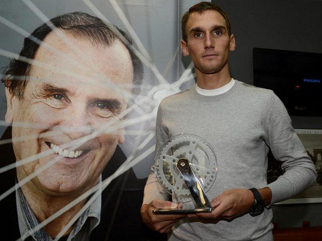 Cyklista Roman Kreuziger převzal v Praze Cenu Roberta Bakaláře pro rok 2013 za přínos pro českou cyklistiku.
