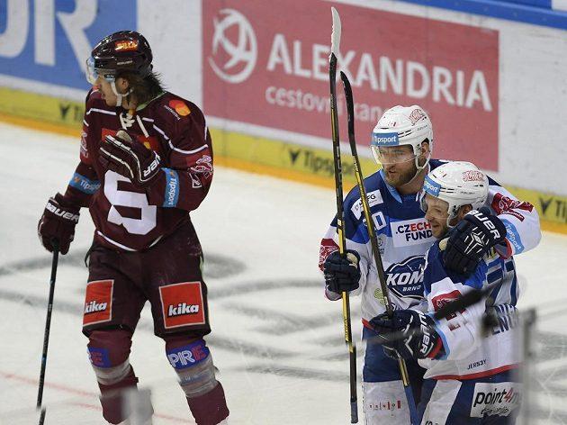 Autor prvního brněnského gólu Martin Dočekal (uprostřed) se raduje se svým spoluhráčem Janem Štenclem. Vlevo je útočník Sparty Matěj Beran.