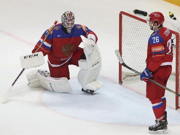 Zklámání u ruské branky po inkasovaném gólu od Finska, vlevo brankář Sergej Bobrovskij a Vjačeslav Vojnov.