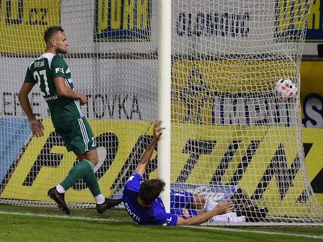 Mojmír Chytil z Olomouce dává gól, vlevo je Jiří Bederka z Bohemians.