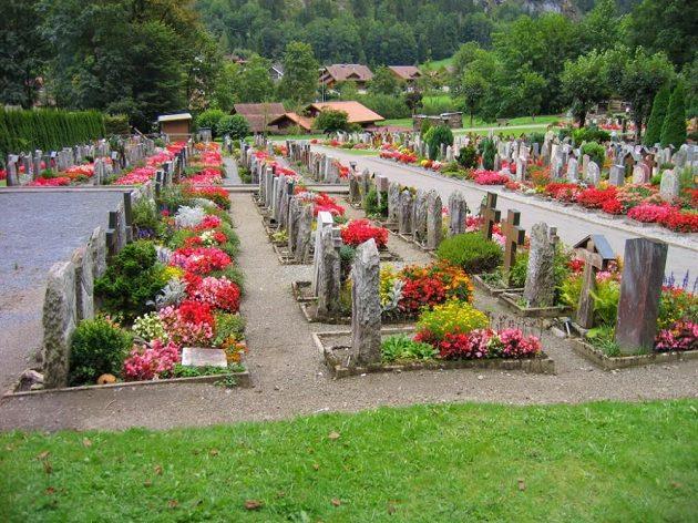 Na takovém místě raději neodpočívat - hřbitůvek pod švýcarskou horou Jungfrau.
