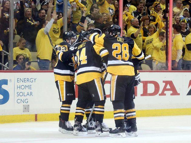 Hokejisté Pittsburghu se radují z gólu Chrise Kunitze (14).
