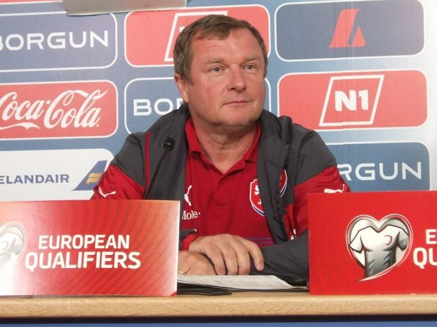 Vtipkující Pavel Vrba na tiskové konferenci v Reykjavíku.
