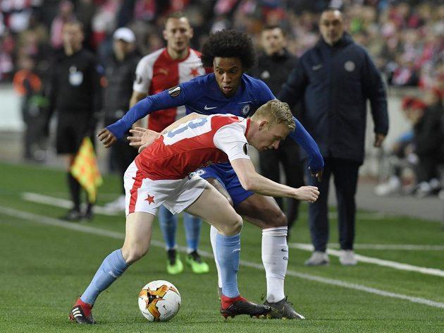 V popředí Vladimír Coufal ze Slavie, za ním Willian z Chelsea.