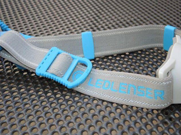 Běžecká čelovka Ledlenser Neo 10R - detail čelenky s reflexními prvky a karabinkou.