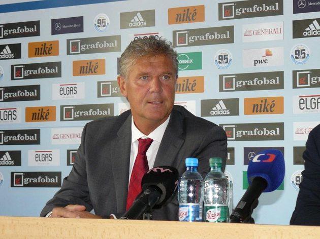 Trenér Jozef Chovanec na tiskové konferenci Slovanu Bratislava.