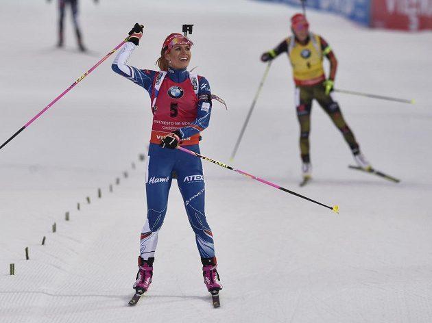 Gabriela Koukalová v cíli závodu s hromadným startem před druhou Laurou Dahlmeierovou z Německa.