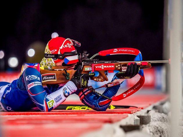 Veronika Vítková při střelbě během vytrvalostního závodu ve švédském Östersundu.